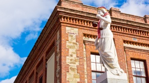 Denkmal mit Schal in Adelaide